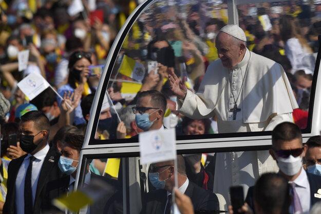 Pápež František prichádza na liturgiu v Prešove