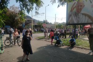 Množstvo ľudí, ktorí sa na podujatie s pápežom pri Mestskej športovej hale v Prešove nedostali, sledujú jeho priebeh mimo ohradených priestorov haly.