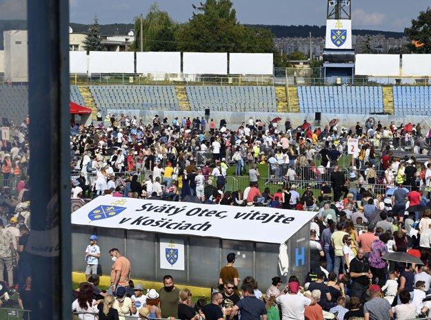 Návštevníci čakajú na stretnutie s pápežom Františkom na štadióne Lokomotíva v Košiciach.