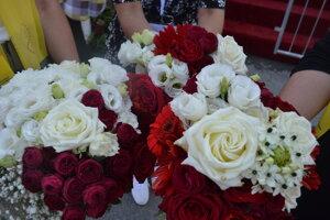 Kvety z pódia, z ktorých na konci vili bohaté kytice.