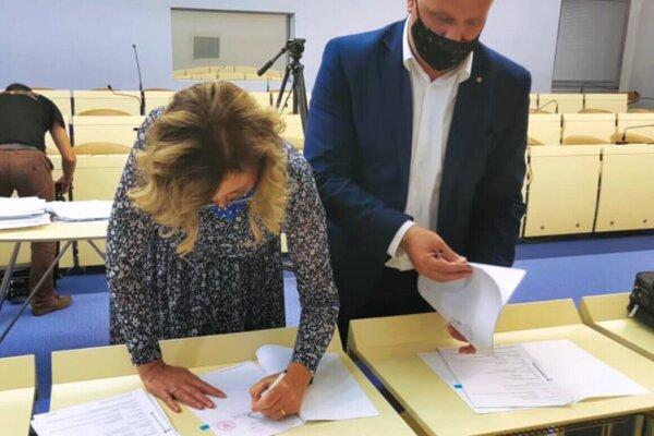 Primátorka pri podpisovaní dokumentov.