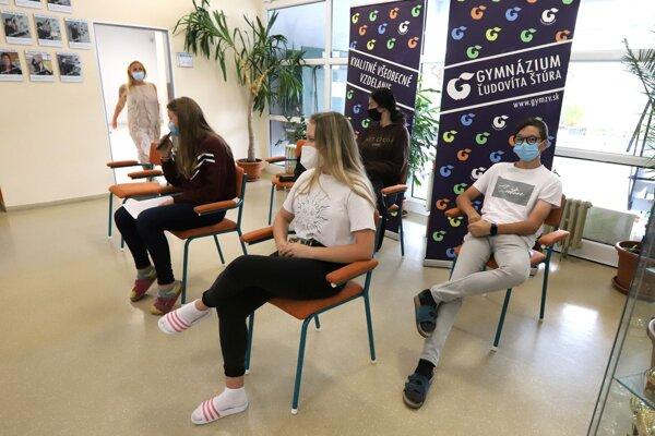 Na gymnáziu vo Zvolene dnes začal kraj s očkovaním.