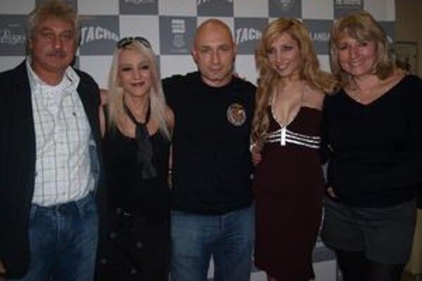 Premiéra filmu Tacho v Nitre - z oboch strán rodičia Olgy Lounovej, zľava Mirjam a Dan Landovci a Olga.