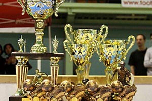 Poháre a ceny, o ktoré sa hralo na sobotňajšom turnaji.