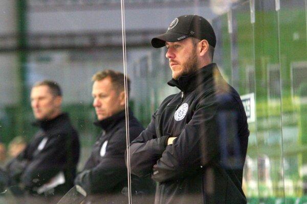 Jozef Račko (vpredu) vstupuje do svojej druhej sezóny na poste trénera brankárov HK Nitra.