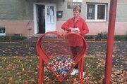 Valéria Votoupalová, starostka  Pincinej,  tiež do srdiečka  prispieva plastovými vrchnáčikmi.