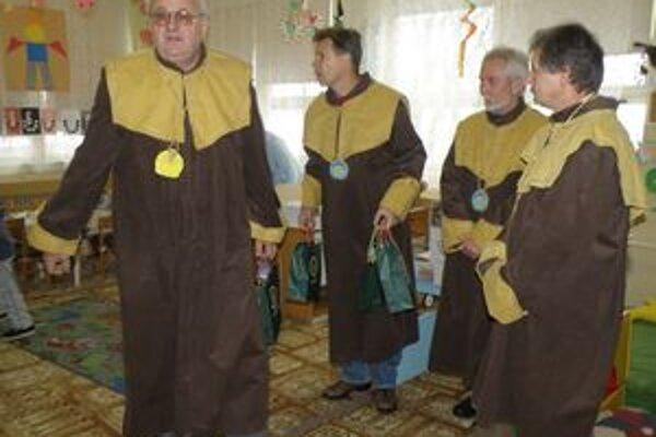 Po nemocnici a domove dôchodcov rozdávali tento rok med v materských školách na Poiplí.