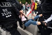Proti nepovoleným demonštráciám odporcov obmedzení zasahovala polícia.