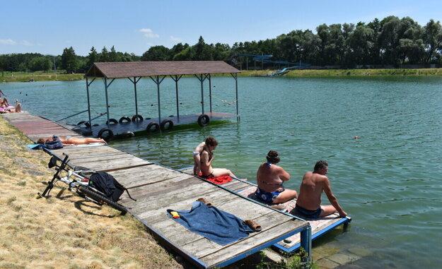 Pred oficiálnym začiatkom sezóny je kúpanie povolené len na vlastnú zodpovednosť. Od júla sa začalo platiť vstupné a k dispozícii bola aj vodná záchranná služba.