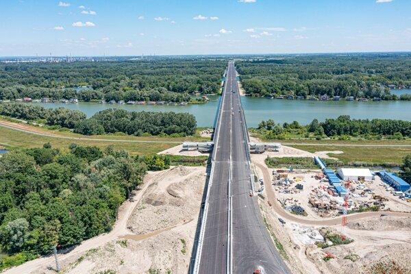 Na snímke z dronu pohľad na nájazd na Lužný most.