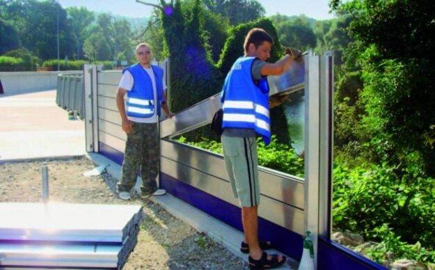 Pri osádzaní mobilného hradenia na protipovodňovej ochrane.
