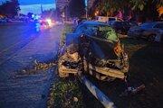 Vodič BMW zrovnal so zemou pri nehode aj stĺp verejného osvetlenia. Vodiča druhého auta museli so zraneniami previesť do nemocnice.