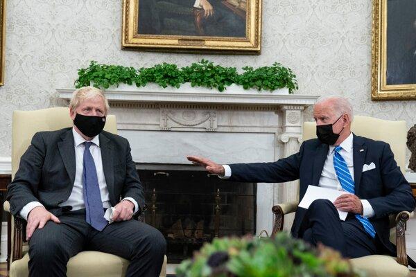 Britský premiér Boris Johnson (vľavo) na stretnutí s americkým prezidentom Joeom Bidenom v Bielom dome.