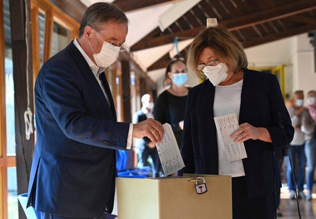 Armin Laschet s manželkou Susannou hlasujú v nemeckých parlamentných voľbách 2021.