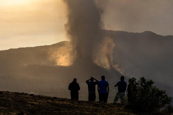 Ľudia z diaľky sledujú erupciu sopky na ostrove La Palma.