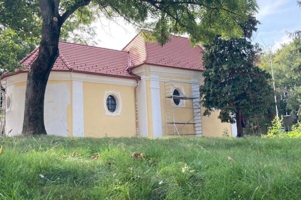Na kaplnke prebiehajú stavebné práce.