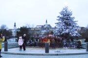 Vlani pre pandémiu nebolo v Nitre vianočné mestečko. Stromček s betlehemom však nechýbal