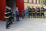 Pred vynovenou hasičskou zbrojnicou s primátorom Jánom Šufliarským.
