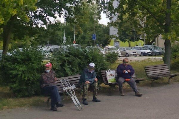 Bezdomovci sú už každodennou súčasťou koloritu novozámockej železničnej stanice. No nie všetci znich sú skutočnými bezdomovcami.