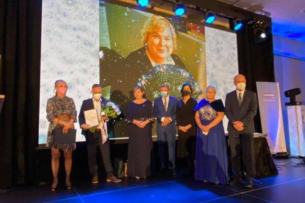 Rodina Margity Margity Kostúrikovej s ministrom zdravotníctva a prezidentkou komory Ivetou Lazorovou.