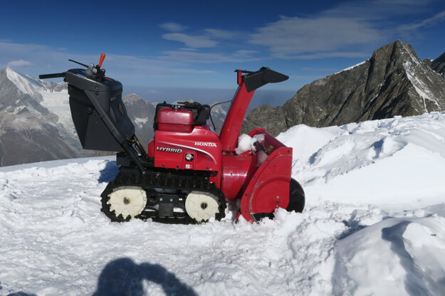 To je ona, snežná fréza vo výške 4206 nad morom.