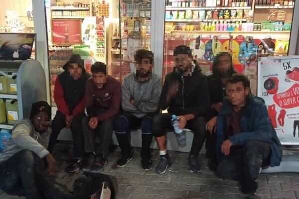 Polícia zadržala na čerpacej stanici v Turčianskych Tepliciach migrantov.