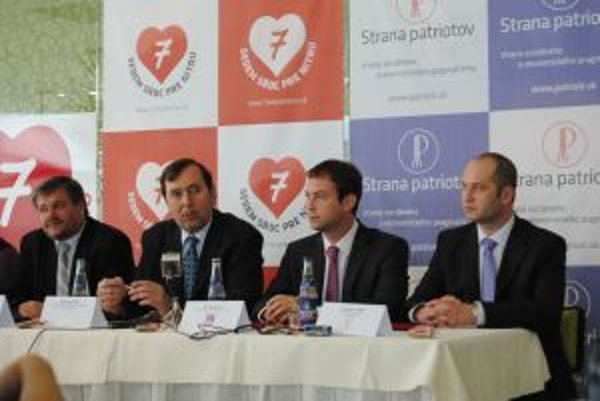 Zľava: kandidát na poslanca Ľubomír Martinka, kandidát na primátora Radúz Sedlár, predseda SDĽ Marek Blaha a predseda Strany patriotov František Jašík.