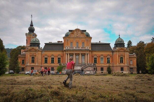 Obyvatelia Spišského Hrhova sa tešia, že sa obci podarilo kaštieľ odkúpiť.