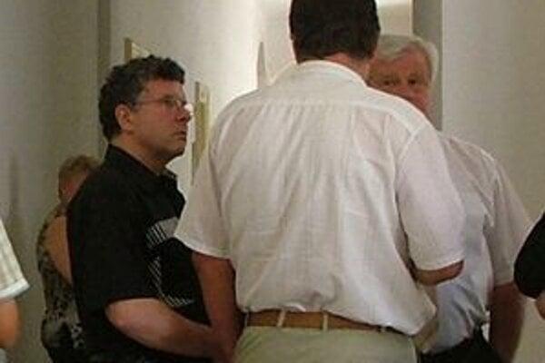 """Vľavo bývalý policajný riaditeľ Dušan M. na súde ešte počas prvého procesu, keď bolo pojednávanie verejné. Dnes nám vo fotení zabránil hrubou silou. Zaujímavé je, že tento muž si v roku 2001 vybral za tému svojej doktorandskej práce """"Etické aspekty v poli"""