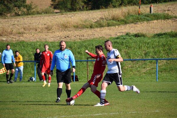 V zápase Sverepca proti nováčikovi z Novej Dubnice (v červenom) sa zrodila remíza.