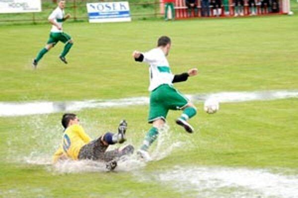 V Hornej Kráľovej pred týždňom hrali na takomto teréne. Ide tu naozaj o futbal?