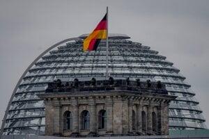 Nemecká vlajka na budove parlamentu.