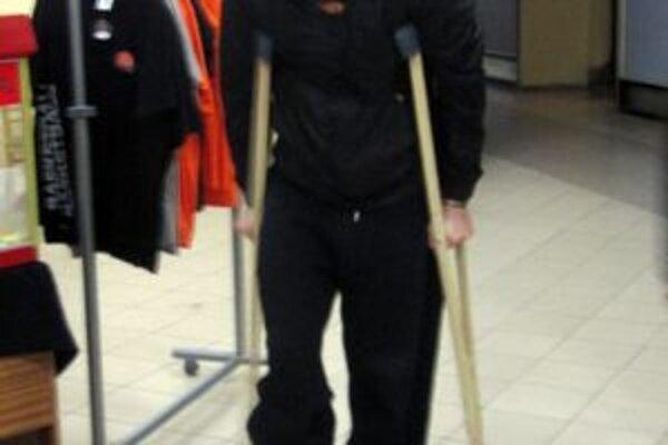 Milan Žiak, ktorý sa v sobotu zranil v Pezinku, sa prišiel pozrieť na svojich spoluhráčov. S barlami.