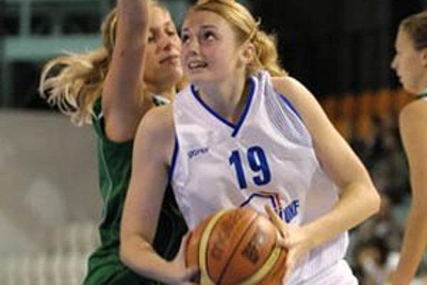 V akcii jedna z mladých Nitrianok Lucia Kulová (s loptou).