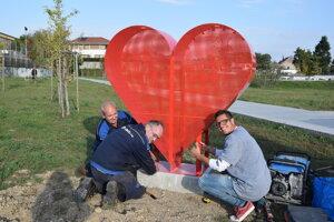 Červené srdce osadili dnes na sídlisku Vinohrady v Leviciach.