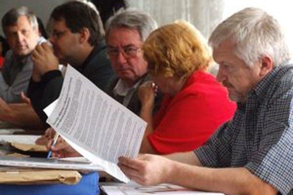 Mestskí poslanci v Zlatých Moravciach nechcú v čase krízy tému odmien veľmi rozpitvávať.
