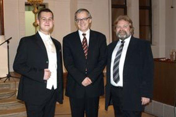 Na koncerte Peter Michalica predstavuje talenty Nitry - zľava Matej Benda, Peter Michalica a Ján Konárek.