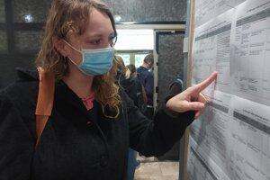 Prácu hľadá aj pani Nikoleta. Má tri deti a v máji ju počas pandémie prepustili zo Samsungu.