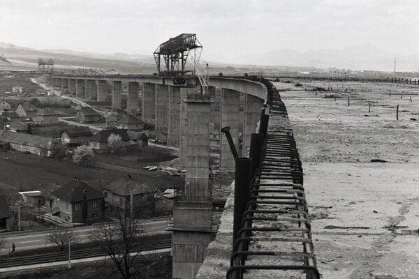 1983. Pohľady na diaľničný viadukt pri Podturni.