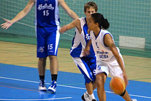 Basketbalistky Nitry hrali proti kadetom Karlovky. V akcii Carmen Guzman.