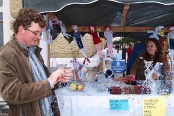 Marián a Katarína Viskupičovci predávali na Divadelnom jarmoku originálne drôtené hračky a doplnky.
