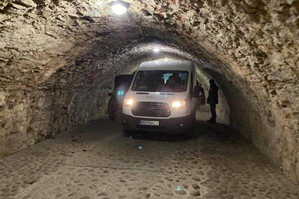 Väčšie auto neprejde  na nádvorie hradu cez nízky tunel.