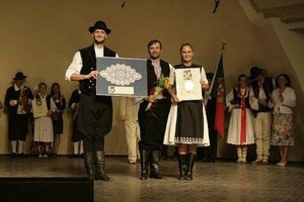 Hlavnú cenu preberá Marián Hlavatý (v strede) spolu s tanečníkmi Tomášom Kukučkom a Monikou Čerešňovou.