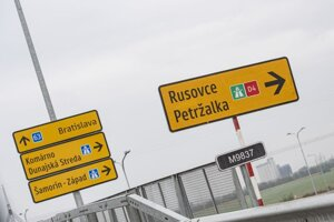 Križovatka a výjazd na nový úsek diaľnice D4 v Bratislave.