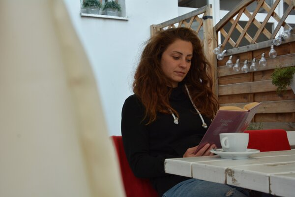 Ľuďom sa listovanie v knihách pri kávičke zapáčilo.