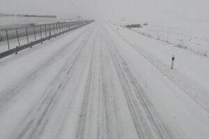Aj štyri centimetre snehu môžu na cestách spôsobiť problémy.