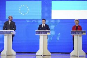 Predsedníčka Európskej komisie Ursula von der Leyenová (vpravo), predseda Európskej rady Charles Michel (vľavo) a prezident Ukrajiny Volodymyr Zelenskyj počas 23. summitu EÚ-Ukrajina v Kyjeve.