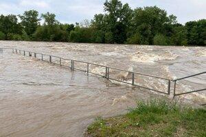 Rozbúrenia rieka v máji v Kalnej nad Hronom.