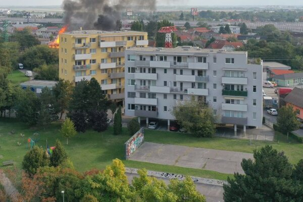 Požiar ubytovne na Mlynských luhoch v bratislavskej mestskej časti Ružinov 11. októbra 2021.