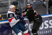 Matt MacKenzie (vľavo) a Michal Kabáč v zápase HC Slovan Bratislava - HC '05 Banská Bystrica.
